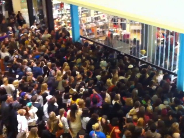 black-friday-urban-outfitters-2011-mob