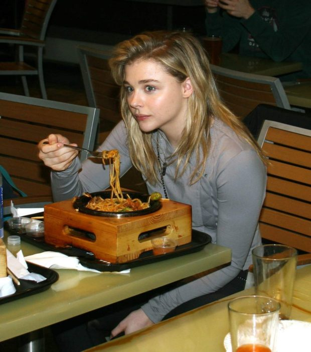 Chloë Grace Moretz having lunch